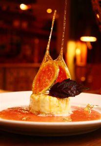 Cheesecake caramelado ao manjericão, sobre espelho de Goiaba